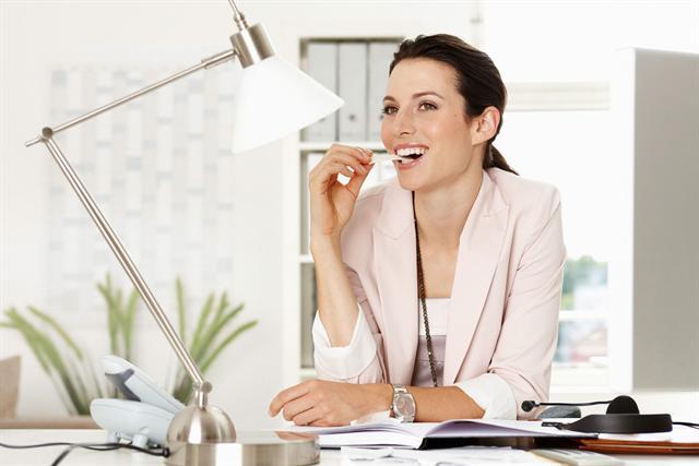 Schon einfache Alltagstipps können für ein strahlendes und gesundes Lächeln sorgen: So sollte man zweimal am Tag die Zähne putzen und zwischendurch nach den Mahlzeiten mit zuckerfreiem Kaugummi den Speichelfluss stimulieren. - Foto: djd/www.wrigley.de