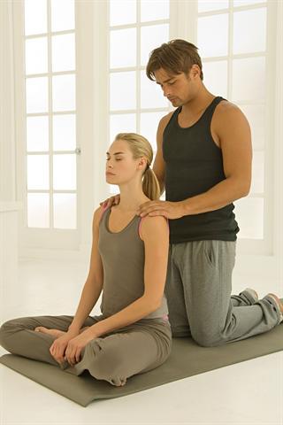 Gezielte Massagen können helfen, Myogelosen zu lockern. - Foto: djd/doc Schmerzgel/Image Source/Henry Arden