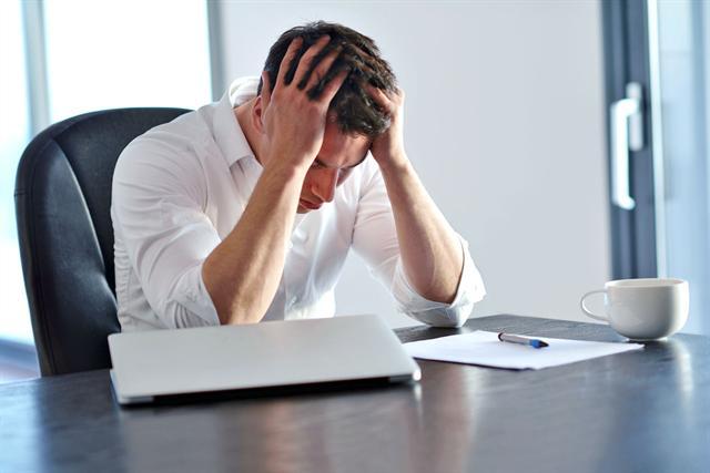 Kopfschmerzen im Büro können auch die Folge von Luftverunreinigungen sein. - Foto: djd/SGS-Gruppe Deutschland/shock - Fotolia.com