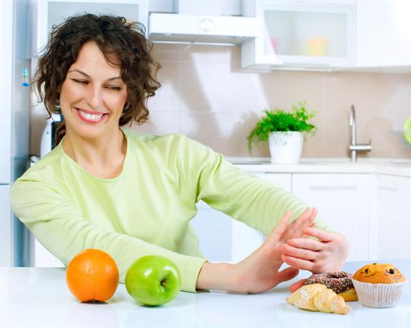 Wer auch bei der täglichen Ernährung auf seinen Säure-Basen-Haushalt achtet, muss Obst und Gemüse den Vorzug vor süßen Backwaren geben. - Foto: djd/panthermedia.net
