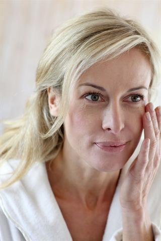 Junge Haut  enthält bis zu 80 Prozent Kollagen, das mit dem Alter immer weniger wird. - Foto: djd/Elasten-Forschung/goodluz - Fotolia.com