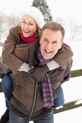Ob Spazierengehen, Walken oder Langlauf: Auch bei frostigen Temperaturen tut Bewegung im Freien gut. - Foto: djd/Sanofi/thx