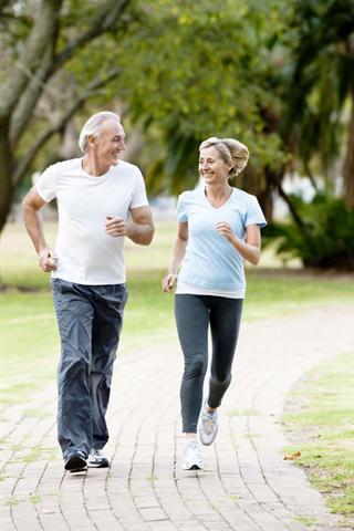 Sportliche Betätigung senkt Übergewicht und fördert die Durchblutung der Organe. - Foto: djd/Telcor-Forschung/istockphoto/Neustockimages