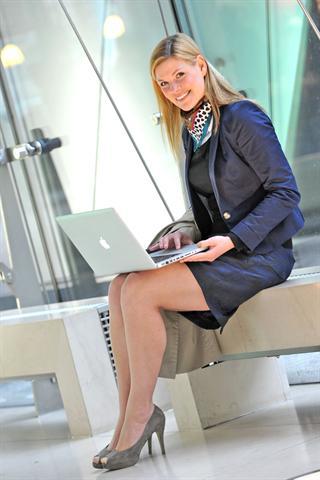 Wer unterwegs arbeiten muss, sitzt oft unbequem und braucht sich über Wadenkrämpfe nicht zu wundern. - Foto: djd/Diasporal