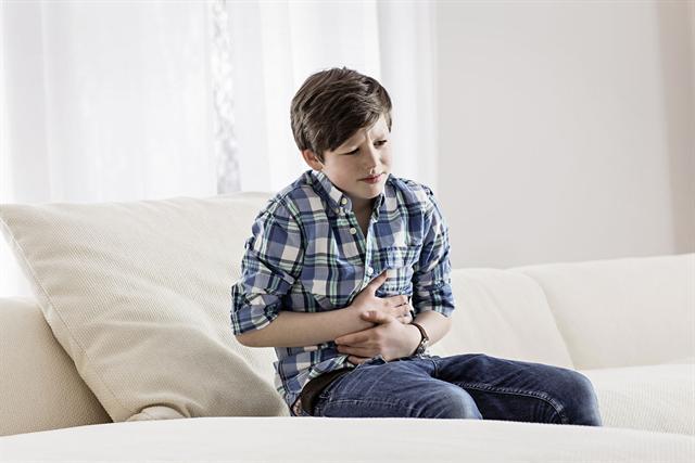 Bauchweh zählt zu den häufigsten Symptomen im Kindesalter: Wenn es mit den Wehwehchen im Magen losgeht, fühlen sich die Kids schnell unwohl und sind missgelaunt. - Foto: djd/Steigerwald