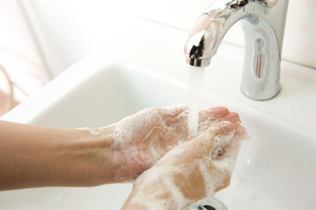 Erkältungserreger lauern im Herbst und Winter überall. Am häufigsten übertragen werden sie über die Hände. Der beste Schutz ist deshalb eine sorgfältige Handhygiene. - Foto: djd/Sebapharma
