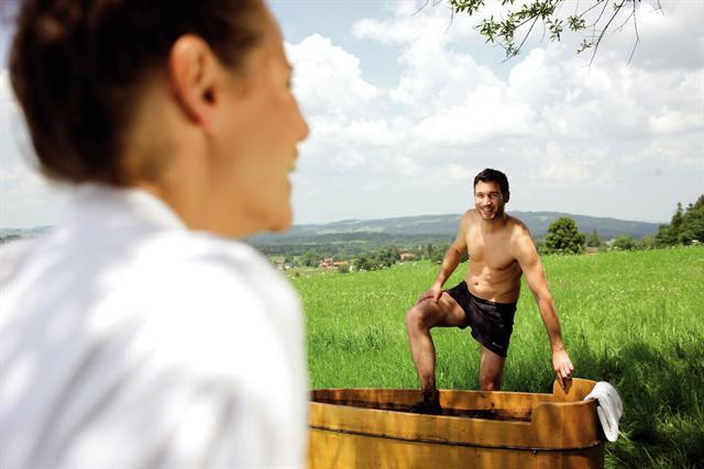 Um den Rücken schnell wieder fit zu machen, sind Naturmooranwendungen ideal. - Foto: djd/Staatsbad und Touristik Bad Bocklet/Bayer. Heilbäderverband