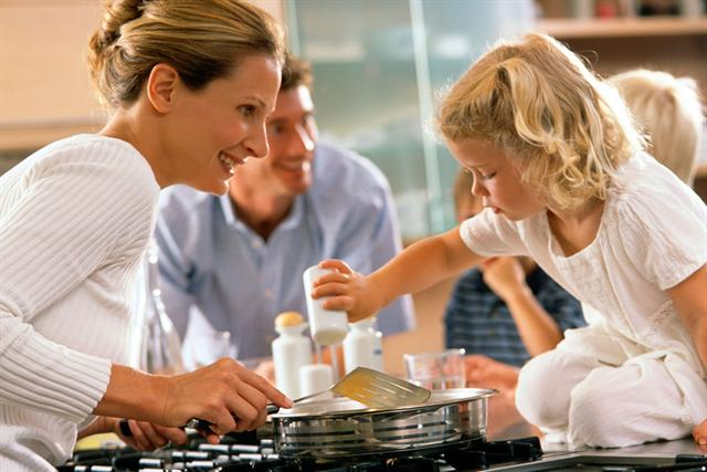 Durch Studienergebnisse nicht eindeutig zu begründen ist die Empfehlung, den Kochsalzkonsum generell unter sechs Gramm pro Tag zu drosseln. - Foto: djd/Verband der Kali- und Salzindustrie e.V./thx