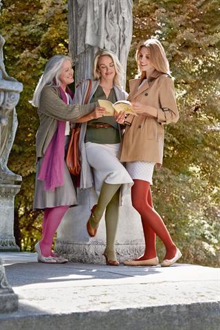 Die Kompressionsstrümpfe in den Farben der Saison bringen Schönheit, Mode und Selbstbewusstsein in die Venentherapie. - Foto: djd/medi