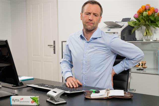 Langes Sitzen am Schreibtisch belastet den Rücken und führt häufig zu Schmerzen und Verspannungen. - Foto: djd/Merck