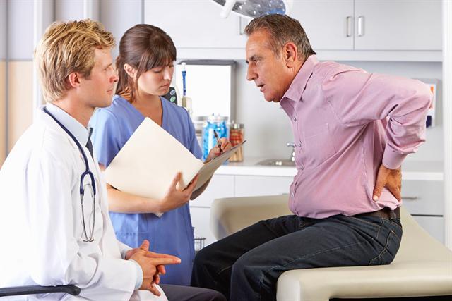 Rechtzeitig zum Arzt - das ist bei anhaltenden Schmerzen die Devise. So kann verhindert werden, dass Beschwerden chronisch werden. - Foto: djd/Pfizer Deutschland/thx