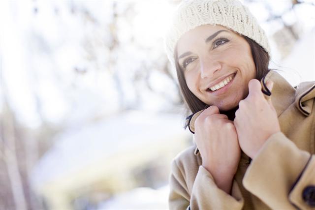 Ständige Temperaturwechsel können selbst die gesunde Haut leicht aus dem Gleichgewicht bringen. - Foto: djd/preval Dermatica GmbH