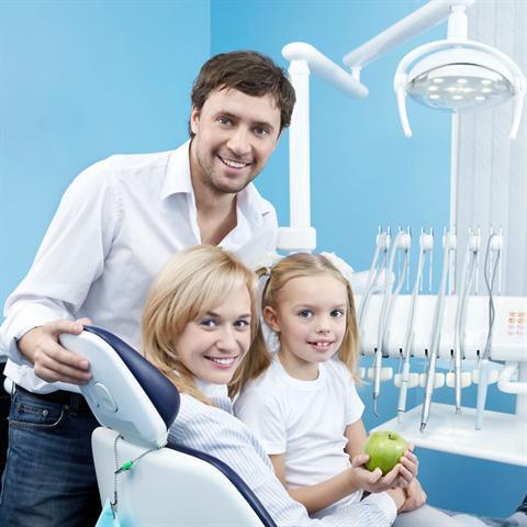 Schöne und gesunde Zähne sollten nicht an hohen Zuzahlungen scheitern - deshalb können private Zusatzversicherungen gerade in diesem Bereich sinnvoll sein. - Foto: djd/Volkswagen Financial Services/Deklofenak/Fotolia.com