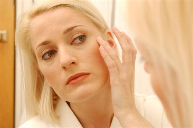 Viele Frauen leiden darunter, wenn etwa kleine Narben das ebenmäßige Hautbild stören. - Foto: djd/tetesept/thx