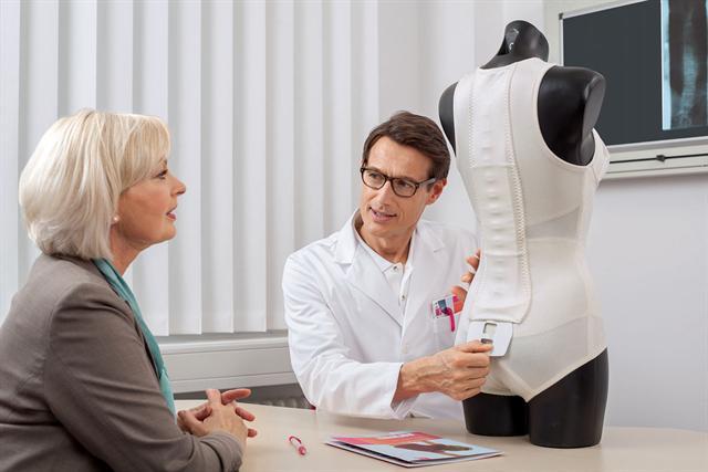 Rückenorthesen sind neben der Medikation und Bewegung ein Baustein der Osteoporose-Therapie. Der Arzt kann sie bei Notwendigkeit verordnen. - Foto: djd/medi