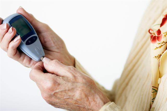 Den Blutzucker richtig zu messen - das sollten Diabetiker mit ihrer Beraterin üben, um keine Fehler zu machen. - Foto: djd/Wörwag Pharma/thx