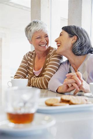 Frauen erkranken deutlich häufiger an Osteoporose als Männer. Besonders der Östrogenmangel nach den Wechseljahren begünstigt den Knochenabbau. - Foto: djd/Gynokadin/Corbis
