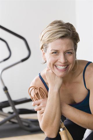 Kurz vor der Regel können hormonelle Schwankungen zu Spannungsgefühlen in der Brust führen - oft zusammen mit anderen Beschwerden des prämenstruellen Syndroms. - Foto: djd/Progestogel/R. Lewine