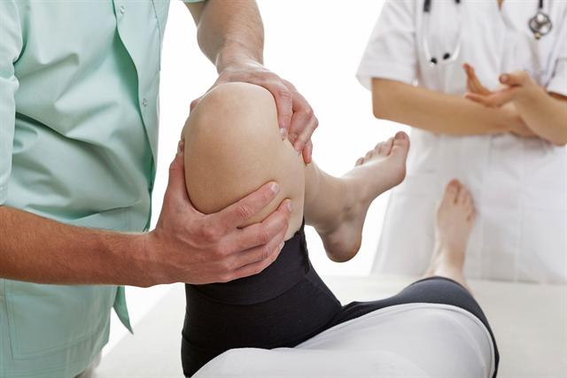 Arthrose ist die am meisten verbreitete Gelenkerkrankung. Häufig ist das Knie betroffen. Woran erkennt man eine Kniearthrose? Wann sollte man mit Knieproblemen einen Arzt aufsuchen? - Foto: djd/ERGO Direkt Versicherungen/thx