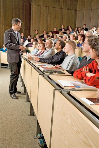 Den Unialltag verbringen Studenten vor allem im Sitzen - im Hörsaal, in der Bibliothek oder zu Hause am Schreibtisch. - Foto: djd/DGUV/Kai Funck
