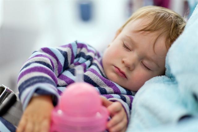 Mit viel Liebe und Fürsorge sollten Eltern darauf achten, dass die Kinder genügend Ruhe zum Gesundwerden haben. - Foto: djd/Bronchobini/thx