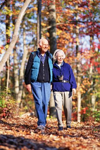 Im Herbst und Winter sollten sich vor allem ältere Menschen gegen Grippe und Pneumokokken impfen lassen, um fit durch die kalte Jahreszeit zu kommen. - Foto: djd/Pfizer Deutschland/thx