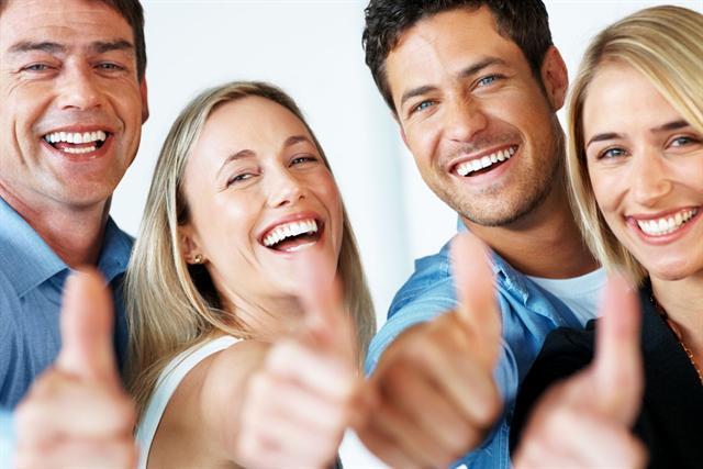 Wer schöne Haare hat, hat gut lachen. Ölig-fettige Kopfhaut dagegen lässt sich sehr gut mit milden, natürlichen Shampoos und Elixieren pflegen. - Foto: djd/Dermabene GmbH