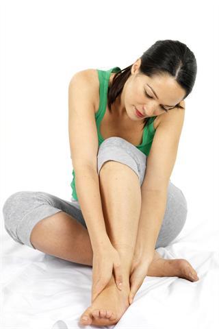 Wenn die Füße kribbeln, schmerzen oder sich taub anfühlen, kann eine Nervenschädigung als Folge von Diabetes dahinter stecken. - Foto: djd/Wörwag Pharma/Martin Lee - Fotolia.com