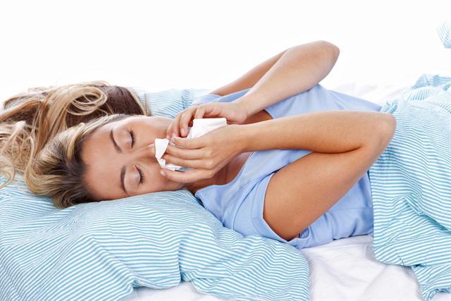 Eine erkältungsbedingt verstopfte Nase ist gerade nachts besonders unangenehm und raubt oft den eigentlich dringend benötigten Schlaf. - Foto: djd/Otriven/absolutimages-Fotolia.com