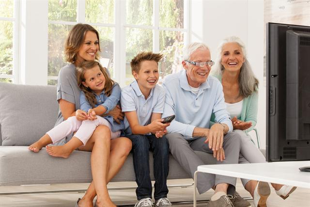 Gemütlich fernsehen im Kreise der Familie: Das ist mit vergrößernden Spezialbrillen auch Menschen mit nachlassender Sehkraft möglich. - Foto: djd/Eschenbach Optik GmbH