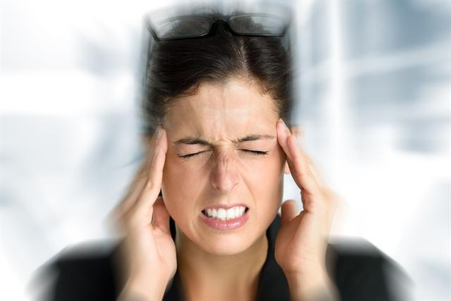 Wer unter Spannungskopfschmerzen leidet, sollte auch seinen Biss überprüfen lassen. - Foto: djd/www.dros-konzept.com/Dirima-Fotolia