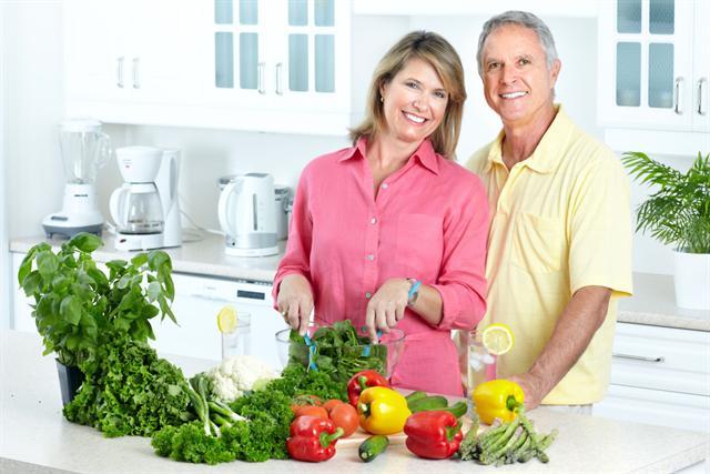 Eine Umstellung auf eine Ernährung mit viel Obst und Gemüse hilft, das Säure-Basen-Gleichgewicht zu halten. - Foto: djd/Protina/panthermedia.net