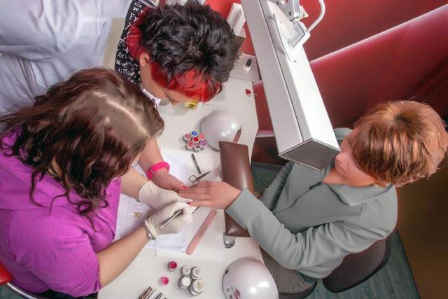Geschulte Experten in professionellen Nagelstudios wissen, wie sie die natürlichen Nägel zum Glänzen bringen und zugleich schonen können. - Foto: djd/Bio Sculpture Deutschland GmbH & Co. KG/Johannes Troffmann