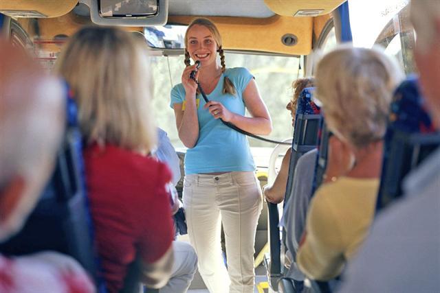 Bei langen Busreisen sind Reisestrümpfe eine gute Entscheidung. - Foto: djd/Ofa Bamberg/Tim Hall