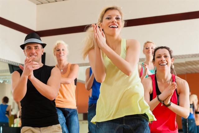 Wer sich für sein Sportprogramm Gleichgesinnte sucht, hat mehr Spaß und bleibt besser bei der Stange. - Foto: djd/Forum Zucker/Kzenon