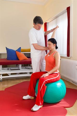 Wer Rückenschmerzen nachhaltig lindern will, sollte durch regelmäßige Wirbelsäulengymnastik seine Rücken- und Rumpfmuskulatur stärken. - Foto: djd/rehazentrum-bb.de/belahoche-fotolia.de