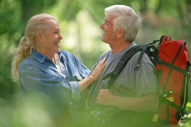 Unterwegs im Grünen: Ohne steile Steigungen ist Wandern auch für Arthrosepatienten geeignet. - Foto: djd/Sanofi/thx