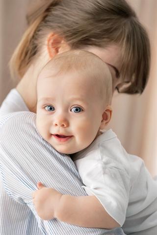 Am häufigsten treten Meningokokken-Infektionen im Babyalter auf. Oft infizieren sich die Kleinen bei Erwachsenen, die den Erreger im Hals- und Rachenraum tragen, ohne es zu wissen und ohne zu erkranken. - Foto: djd/Novartis Vaccines