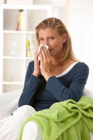 Die vermehrte Produktion von Nasensekret dient dazu, die in die Nase eingedrungenen Krankheitserreger auszuspülen. - Foto: djd/G. Pohl-Boskamp