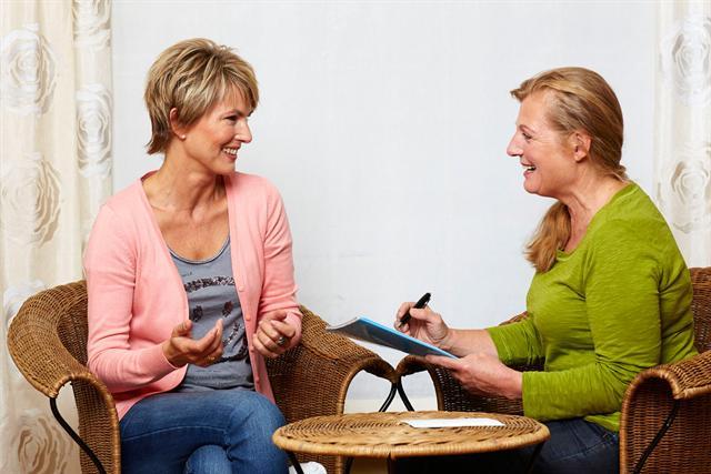 Jeder Behandlung bei Heilpraktikerin Mathilde Füssel-Wittwer geht ein ausführliches Vorgespräch voraus. - Foto: djd/Basica