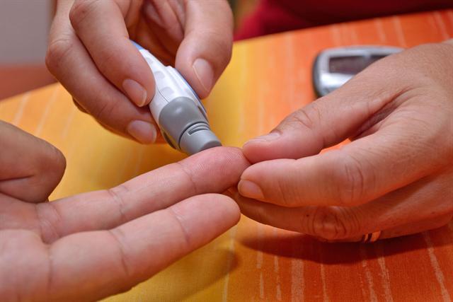 Nur ein kleiner Piks: Schon mit einem Tropfen Blut lassen sich die Cholesterinwerte ermitteln. - Foto: djd/Deli Reform