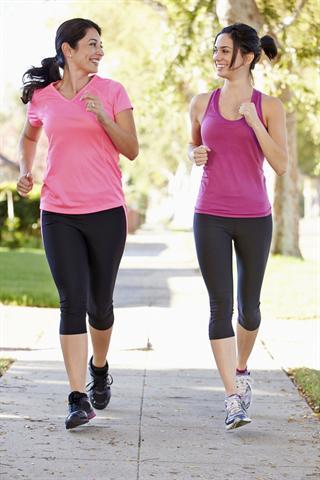 Sport und das Gespräch mit einer guten Freundin helfen, Stress abzubauen. - Foto: djd/Neurexan/thx