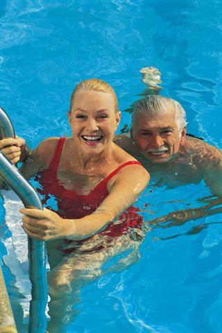 Aquajogging, Rückenschwimmen und Kraulen tun gut, ohne die Gelenke zu belasten. - Foto: djd/Sanofi/thx