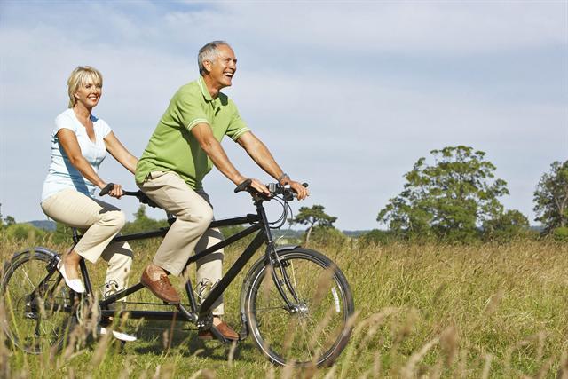 Sportarten wie Radfahren sind optimal, um die Gelenke beweglich zu halten. - Foto: djd/CH-Alpha-Forschung/Fotolia-Monkey Business