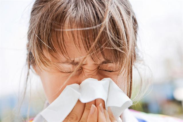Selbst wenn die allergischen Beschwerden nur eine begrenzte Zeit andauern, sollten sie unbedingt behandelt werden, um eine Verschlimmerung zu vermeiden. - Foto: djd/Allvent/istock.com/Meggj