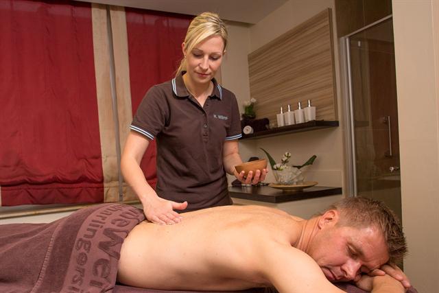 Zum Wellnessprogramm für Herren gehört in Neuharlingersiel auch eine entspannende Massage. - Foto: djd/Kurverein Neuharlingersiel e.V.