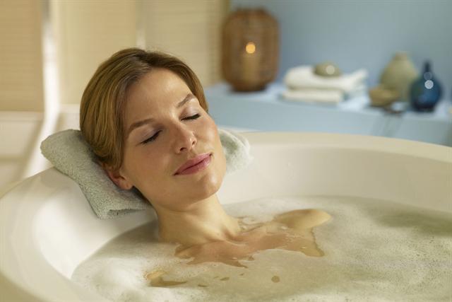 Entspannung im heimischen Bad: Einfach abtauchen und einen Kurzurlaub genießen. - Foto: djd/tetesept