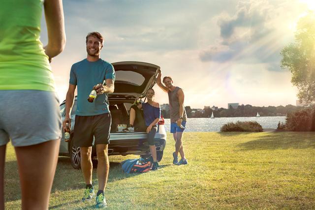 Wichtig vor und nach dem Sport ist eine ausreichende Flüssigkeitszufuhr. Empfehlenswert sind isotonische Erfrischungsgetränke wie Bitburger 0,0%. - Foto: djd/Bitburger