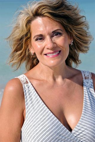 Frauen sind stolz auf ihre Haarpracht - umso mehr schmerzt es, wenn die Haare deutlich weniger werden. - Foto: djd/www.wenigerhaarausfall.de/fotolia.de/EyeMark