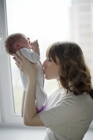 Von Geburt an prasseln verschiedenste Reize auf Kinder ein. Das kann bei besonders sensiblen Kindern zu Bauchschmerzen führen. - Foto: djd/Flatulini